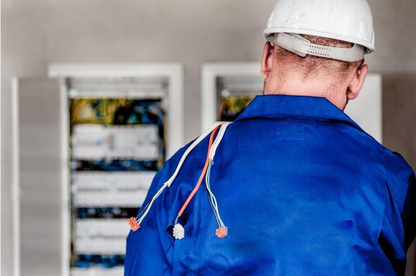 Jak znaleźć specjalistę, który wykona dla nas wszelkie naprawy elektryczne?
